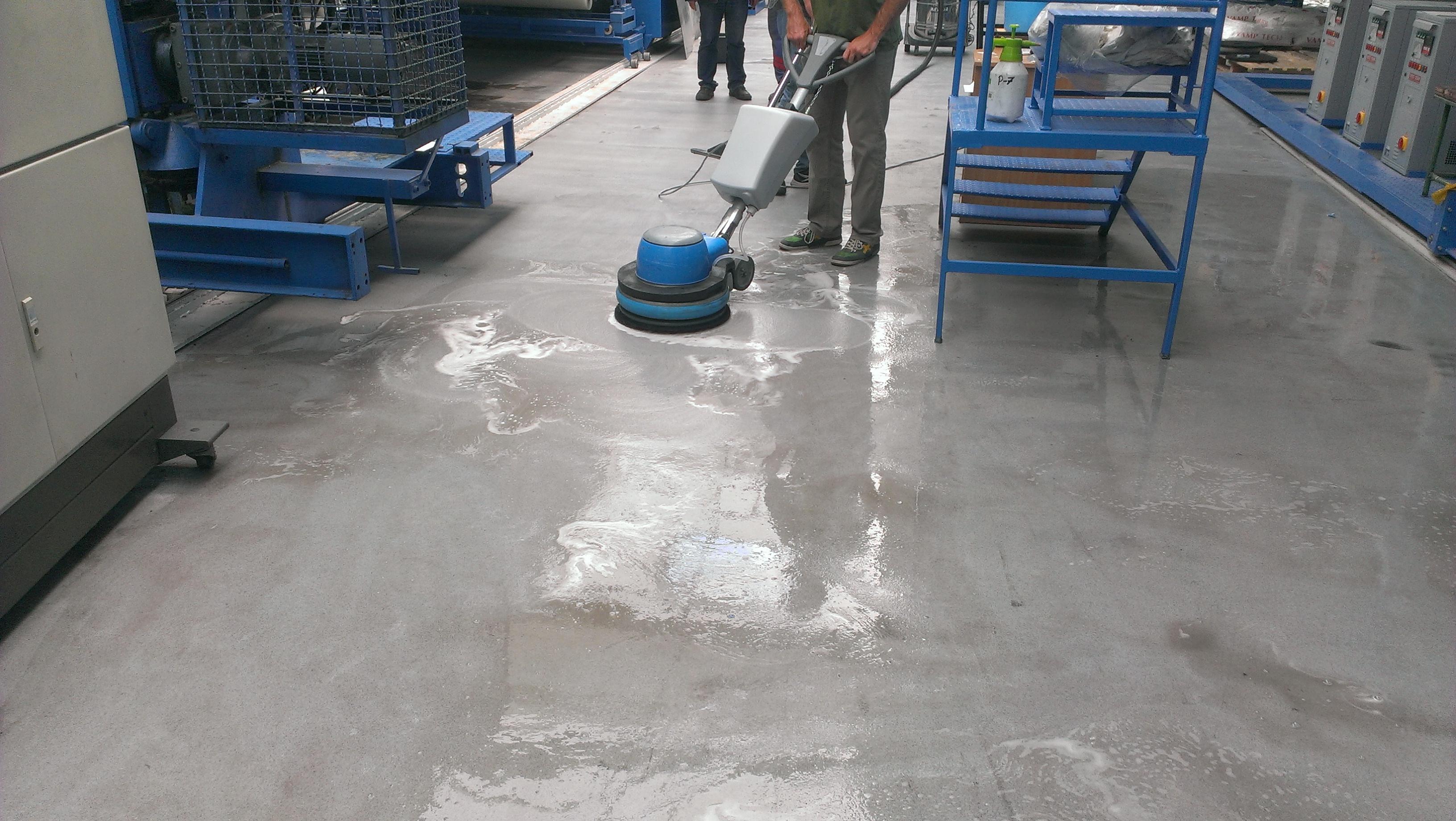 Strojové čištění průmyslové podlahy Brno
