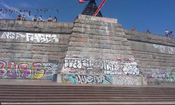 Odstranění graffity z památníku Praha