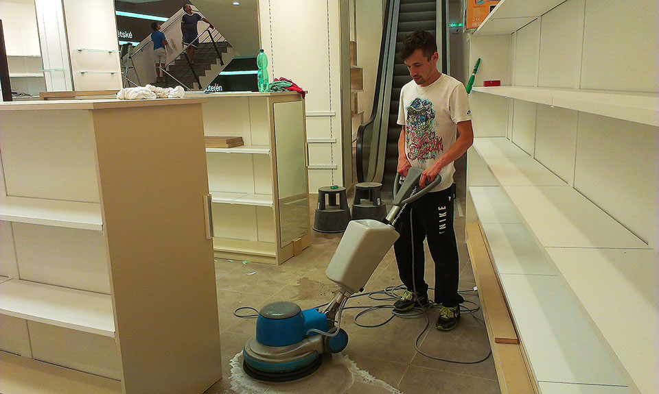 Čistíme generálně podlahu po stavbě