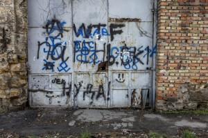 graffiti nám zničily fasádu