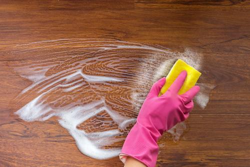 """Pomocí strojového čištění je možné zrenovovat i opravdu starou podlahu. """"Strojové mytí podlah Hranice na Moravě"""""""