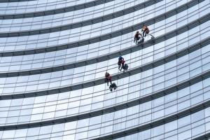 Stržení krycích folií z oken