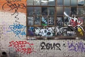 zničená fasáda od graffit
