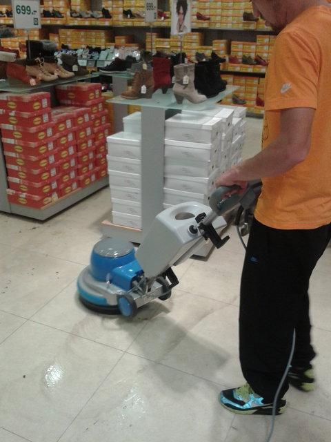 Voskování, strojové čištění, podlah Brno