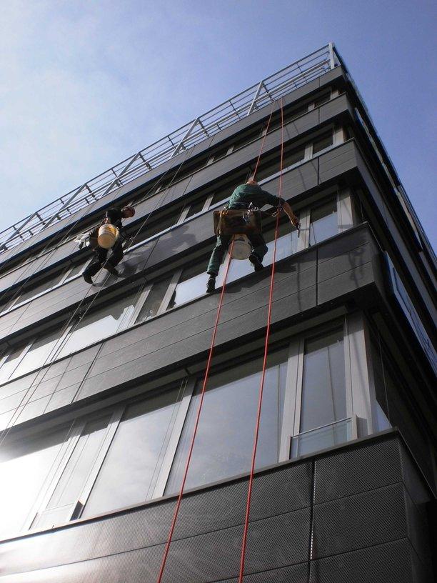 Mytí oken ve výšce pomocí horolezecké techniky Praha