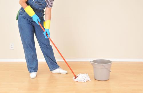"""Dlažba vobýváku, kam chodíme rovnou ze zahrady, si zažila své, """"Strojové mytí podlah Prostějov"""" jí vrátilo život"""