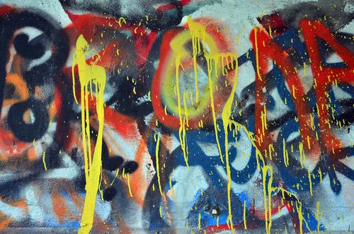 """Graffiti na fasádě školy nebo kdekoliv jinde vám pomůže odstranit """"Čištění graffiti Liberec."""